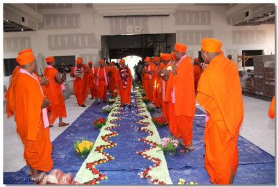 Sants receive Acharya Swamishree�s divine darshan