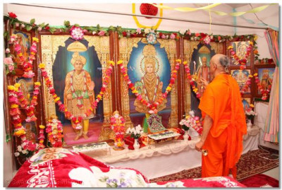 Acharya Swamishree arrives at the Hari temple in Schaumburg, Illinois and performs aarti