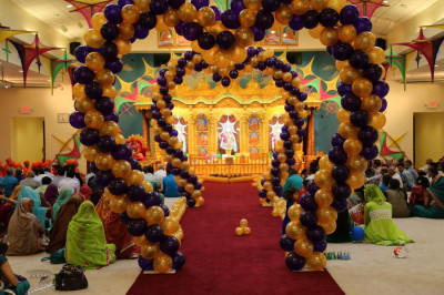 Grand entrance for Acharya Swamishree and sants to welcome them to North America