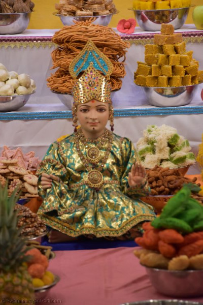 Divine darshan of Lord Shree Swaminarayan dining on the annakut