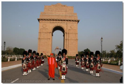 HDH Acharya Swamishree and Shree Muktajeevan Pipe Band in front of India Gate