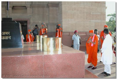 HDH Acharya Swamishree saying a prayer for the peace and salvation of the deceased