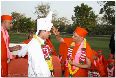 HDH Acharya Swamishree honours the Minister with a prasanta paag and chandlo