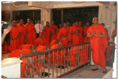 Sants performing to Lord darshan to the supreme Lord Swaminarayanbapa Swamibapa
