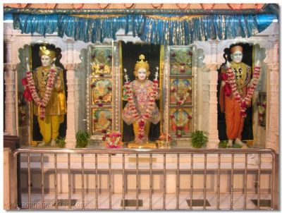 Divine darshan of Shree Ghanshyam Maharaj, Jeeevanpran Abji Bapashree and Jeevanpran Swamibapa just after Mangla aarti