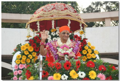 His Divine Holiness Acharya Swamishree bestows His divine darshan seated on a magnificent chariot