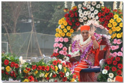 Acharya Swamishree blesses everyone taking part in the swagat procession.