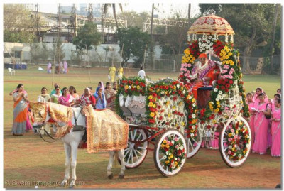 Acharya Swamishree gives darshan in a beautifully decorated horse-drawn chariot
