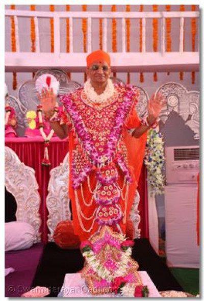 His Divine Holiness Acharya Swamishree blesses the congregation