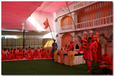 Acharya Swamishree gives His divine darshan during the dance