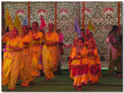 Young female disciples of Mumbai take part in the welcoming dance