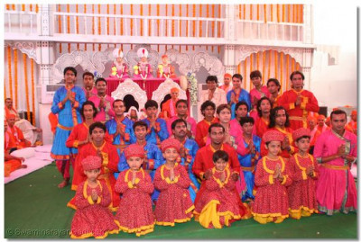 Acharya Swamishree gives darshan to the male disciples who took part in the dance
