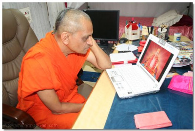 Acharya Swamishree watches the introduction video of Shree Swaminarayan Temple, Mumbai