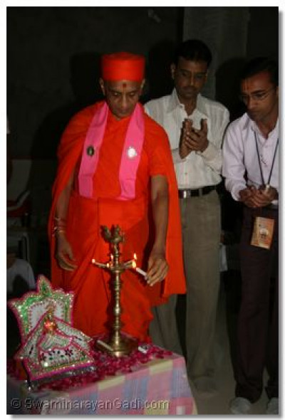 Acharya Swamishree performs the inauguration of the Blood Donation Camp