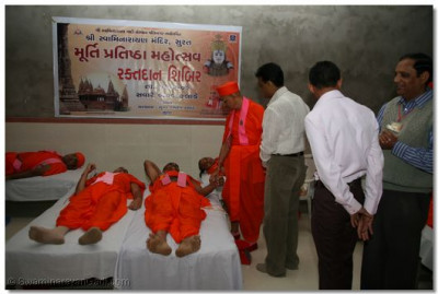 Acharya Swamishree encourages Sants and disciples to donate blood