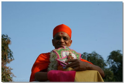 Acharya Swamishree giving His divine darshan to the delighted onlookers