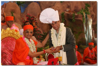 Acharya Swamishree honours Chief guest Mr. J.R.Gandhi, Member of the Council of Gujarat