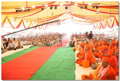Thousands listen attentively to Acharya Swamishree's divine blessings