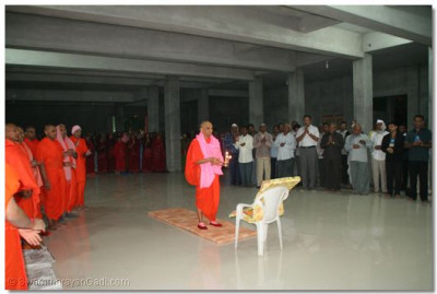 Acharya Swamishree performing Mangla Aarti to Lord Swaminaryan in the cellar of the new temple