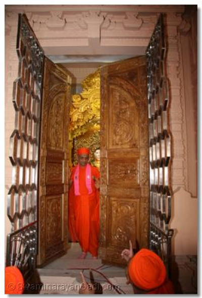 His Divine Holiness Acharya Swamishree opens the singhasan doors for the very first time