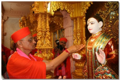 Acharya Swamishree performs the murti installation ceremony of Lord Swaminarayan