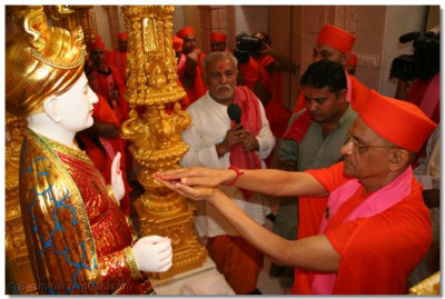 Acharya Swamishree performs the murti installation ceremony of Jeevanpran Shree Abji Bapashree