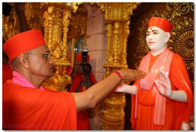 Acharya Swamishree performs the murti installation ceremony of Muktajeevan Swamibapa