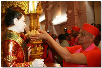 Acharya Swamishree offers thaar to Shree Ghanshyam Maharaj
