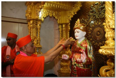 Acharya Swamishree offers thaar to Jeevanpran Shree Abji Bapashree
