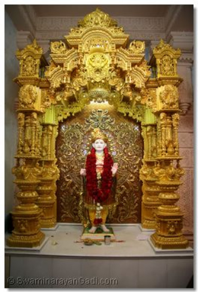 Divine darshan of Jeevanpran Bapashree in the new sinhasan