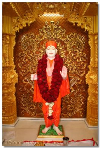 Divine darshan of Shree Muktajeevan Swamibapa in the new sinhasan