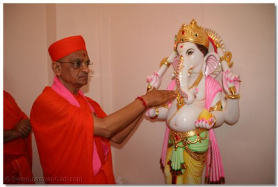 Acharya Swamishree performs the murti installation ceremony of Shree Ganpatiji