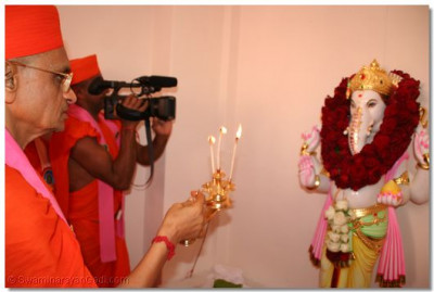 Acharya Swamishree offers aarti to Shree Ganpatiji
