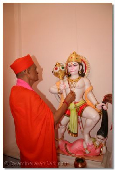 Acharya Swamishree performs the murti installation ceremony of Shree Hanumanji