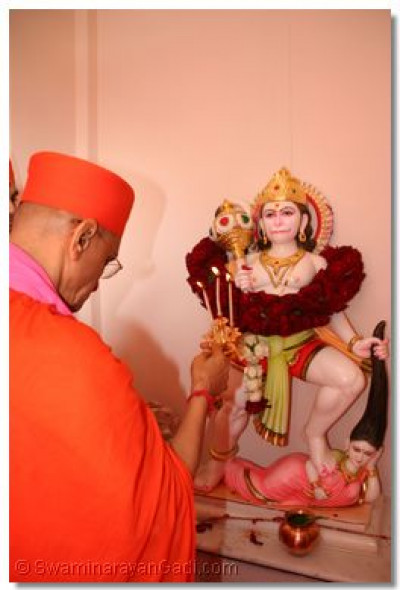 Acharya Swamishree offers aarti to Hanumanji