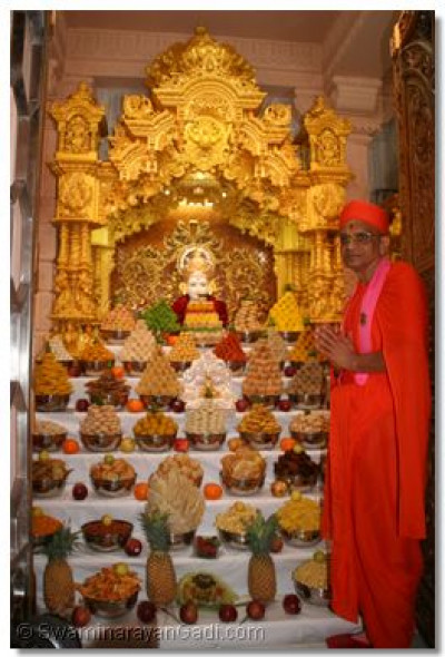 Acharya Swamishree gives His divine darshan with the Lord as He dines on the annakut thaar
