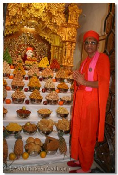 Acharya Swamishree gives darshan with Jeevanpran Swamibapa as He dines on the annakut