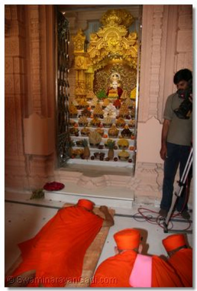 Acharya Swamishree prostrates before the Lord