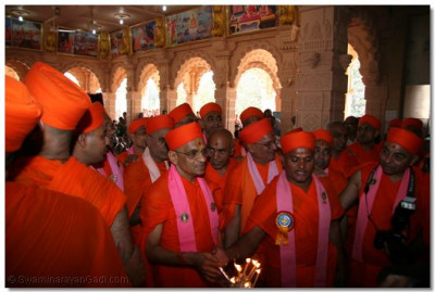 Acharya Swamishree and sants offer aarti to Lord Swaminarayanbapa Swamibapa