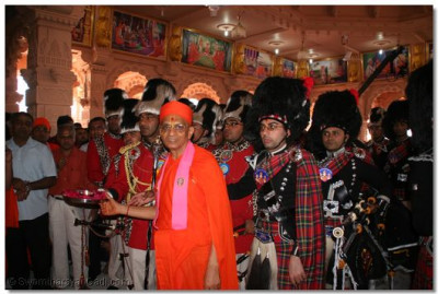 Acharya Swamishree and the band members of both Shree Muktajeevan Pipe Band London, and H H Swamibapa Pipe Band offer aarti to Lord Swaminarayan
