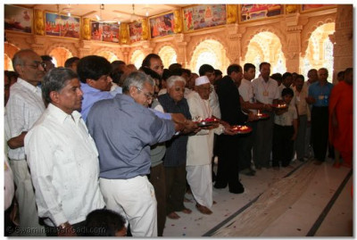 Disciples offer aarti to Lord Swaminarayanbapa Swamibapa
