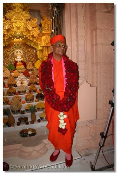 His Divine Holiness Acharya Swamishree gives darshan with the supreme Lord Shree Swaminarayan, Shree Ghanshyam Maharaj