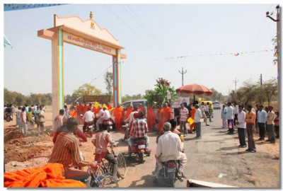 Acharya Swamishree arrives at the gates of Vaghjipur Temple