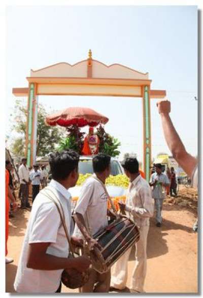 Disciples lead Acharya Swamishree to the Temple