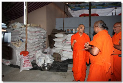 Acharya Swamishree gives darshan at the cooking area