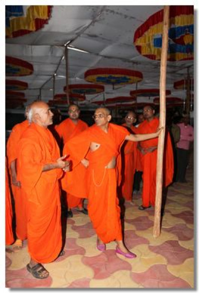 Acharya Swamishree inspects the assembly marque and facilities made for the festival