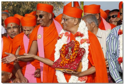 Acharya Swamishree gests with the sants and disciples