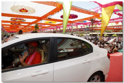 Acharya Swamishree departs from the assembly marque