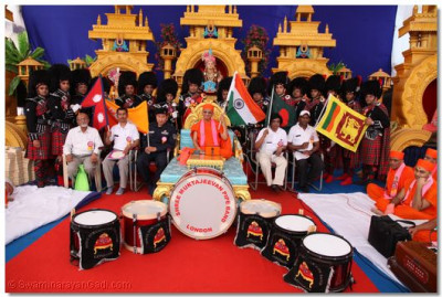 Shree Muktajeevan Pipe Band with Acharya Swamishree and the disaster relief groups