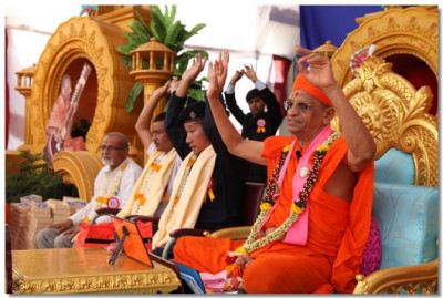 Acharya Swamishree and guests conclude the ashirwad with Jay